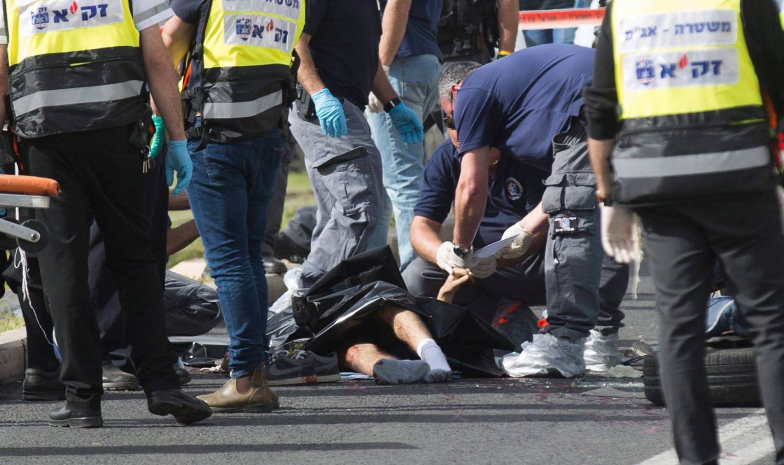 بالصور.. استشهاد فلسطينية بزعم محاولتها طعن جندي صهيوني بالقدس 12841320_1132253606809465_50969366703858469_o