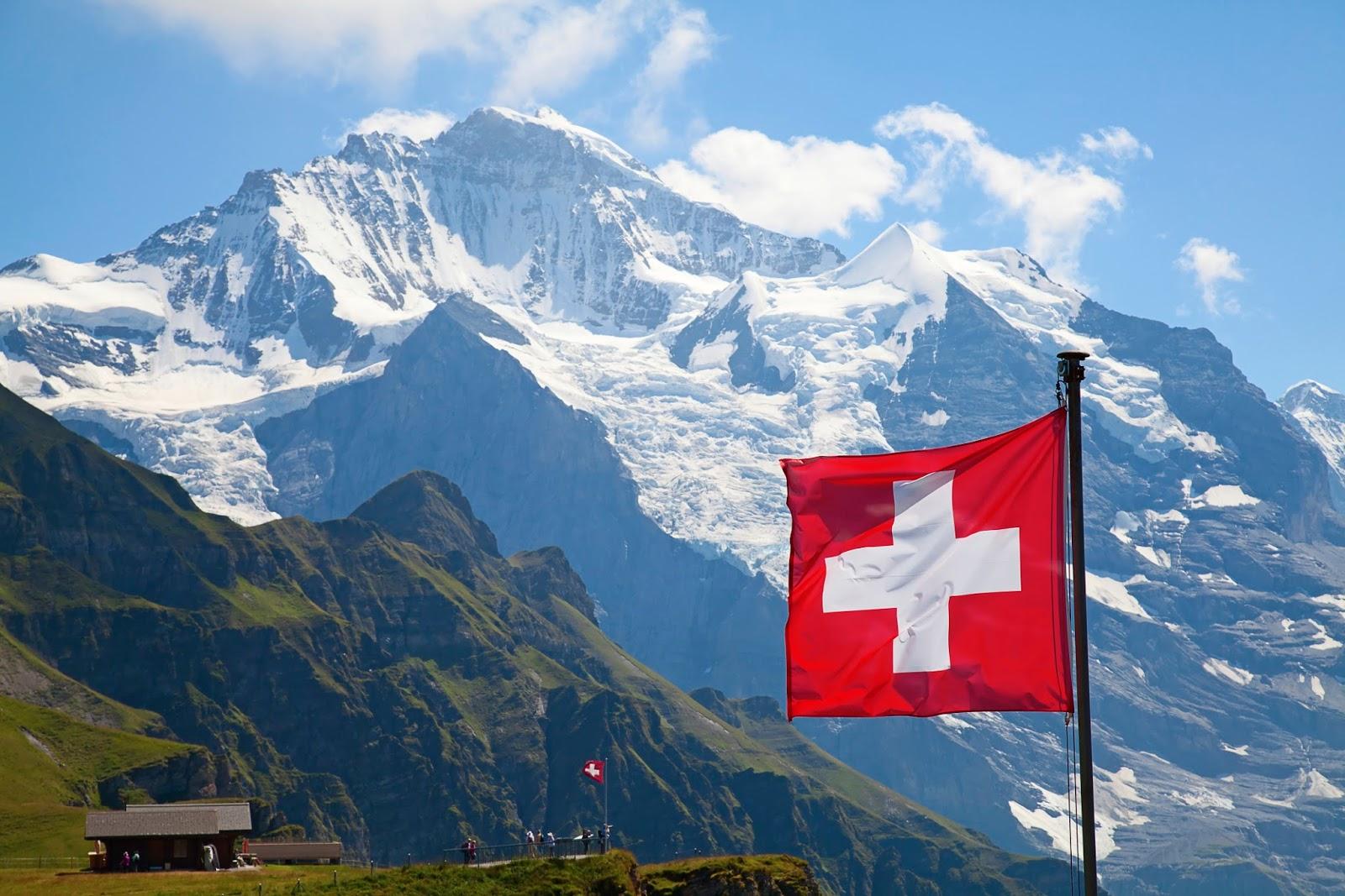 سويسرا تصوّت على منح كل مواطن 2450 دولارًا شهريًا