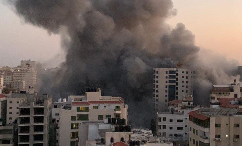 """بالفيديو طائرات الاحتلال تدمر برج """"هنادي"""" غرب مدينة غزة بشكل كامل"""