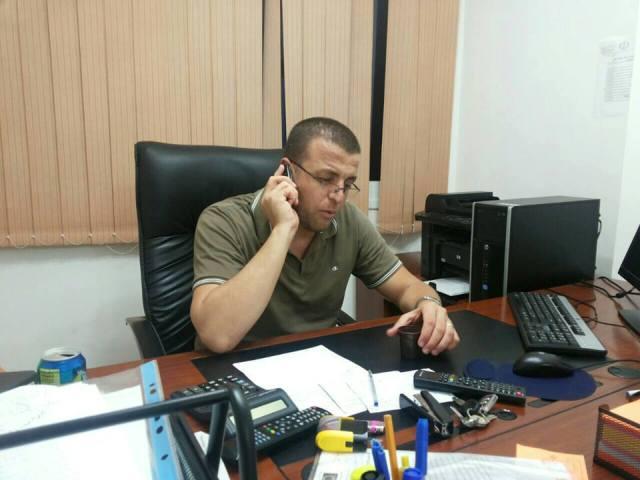 الصحفي القيق قبل اعتقاله