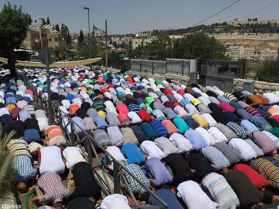 مئات المصلين يؤدون الصلاة في الشوارع بسبب منعهم من دخول الاقصى
