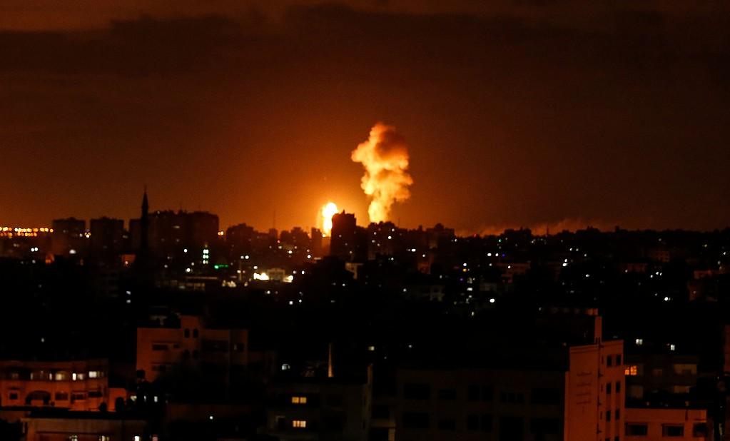 طائرات الاحتلال الحربية تشن أربع غارات على أرض زراعية شرق مدينة غزة