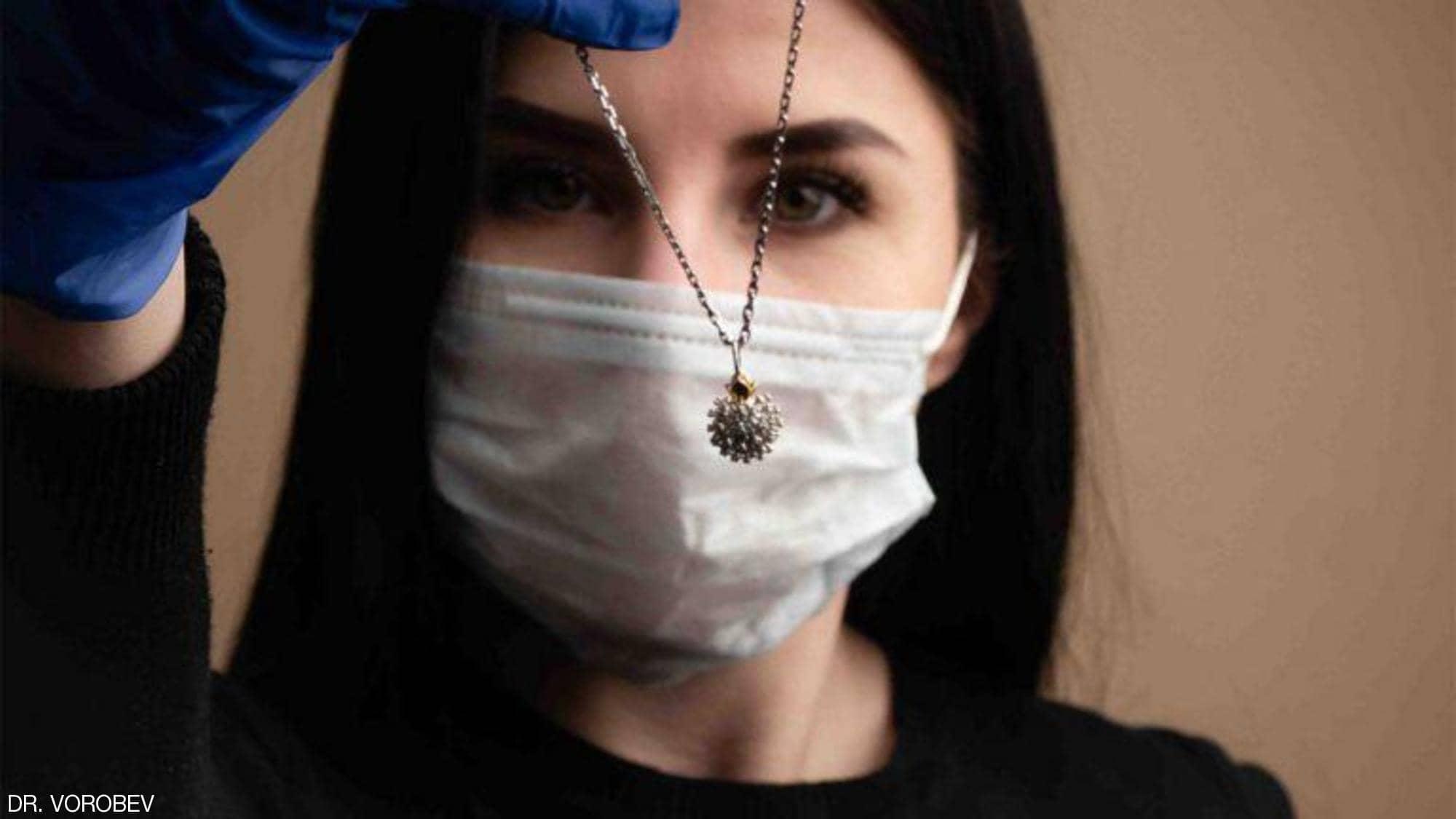 """قلادة فيروس كورونا.. شركة مجوهرات روسية """"تستثمر الأزمة"""""""