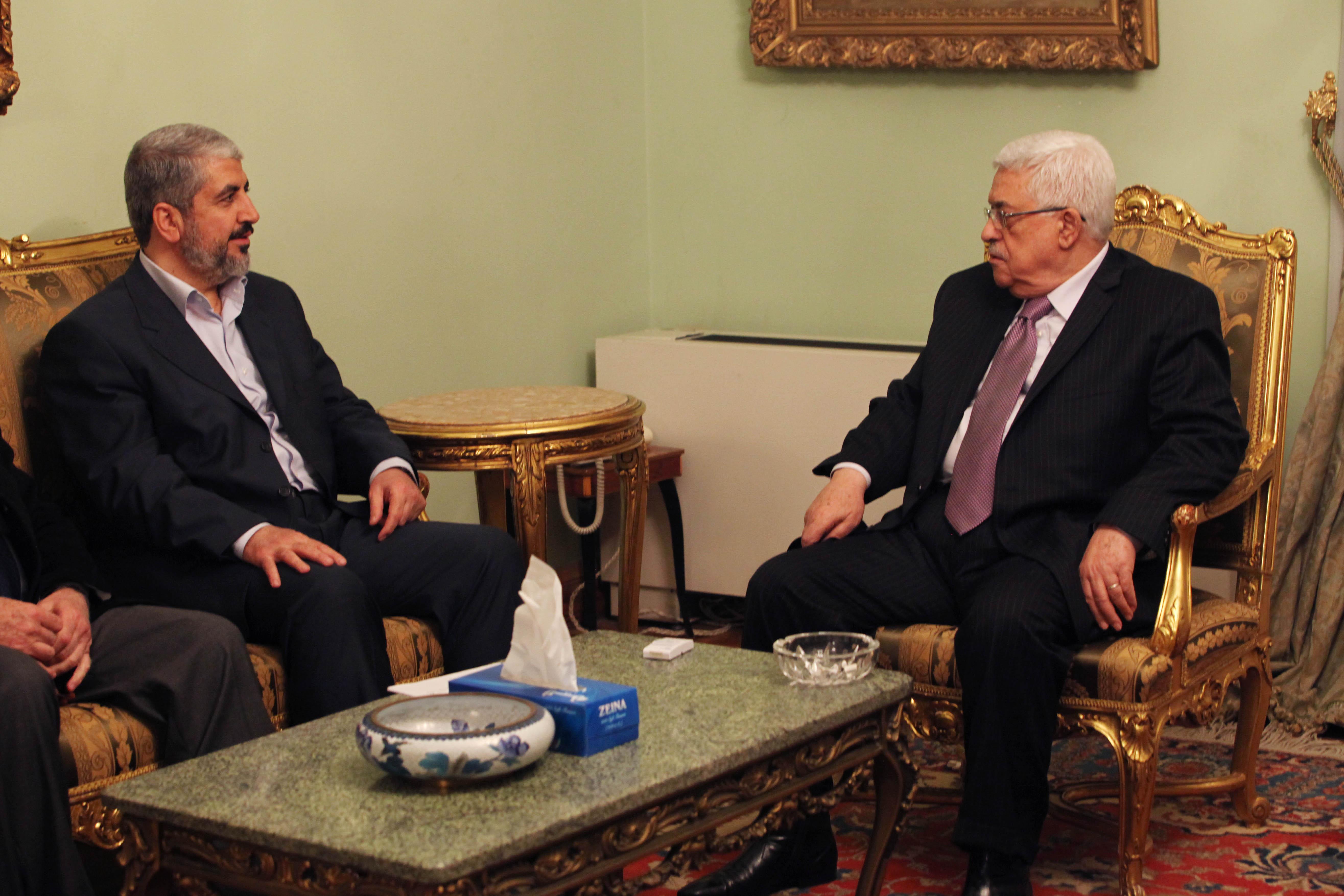 اتصالات للقاء بين عباس ومشعل في الدوحة