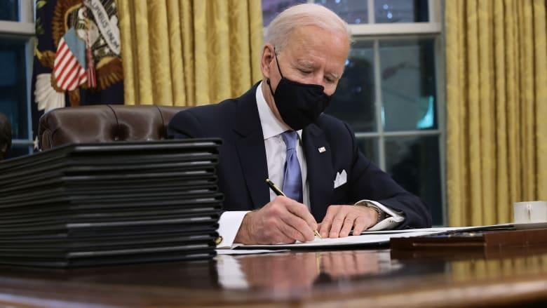 بايدن يوقع 15 أمرا رئاسيا ويتحدث عن الرسالة التي تركها ترامب