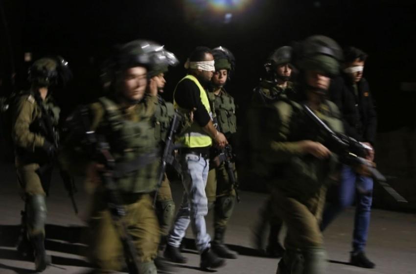 حملة اعتقالات طالت 17 فلسطينيا بالضفة