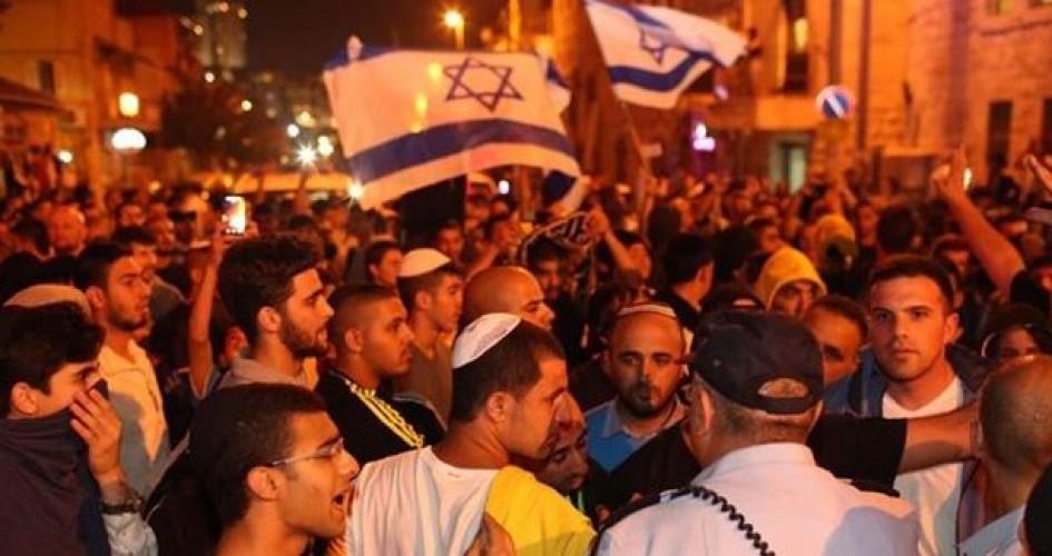 شاهد- مستوطنون يهاجمون منازل المواطنين بالخليل