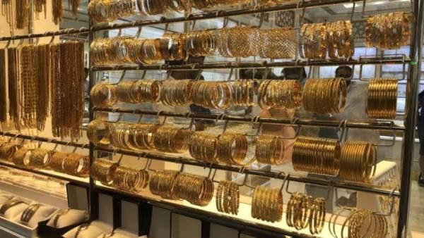 الذهب يخترق حاجز 1800 دولار مع تصاعد إصابات كورونا