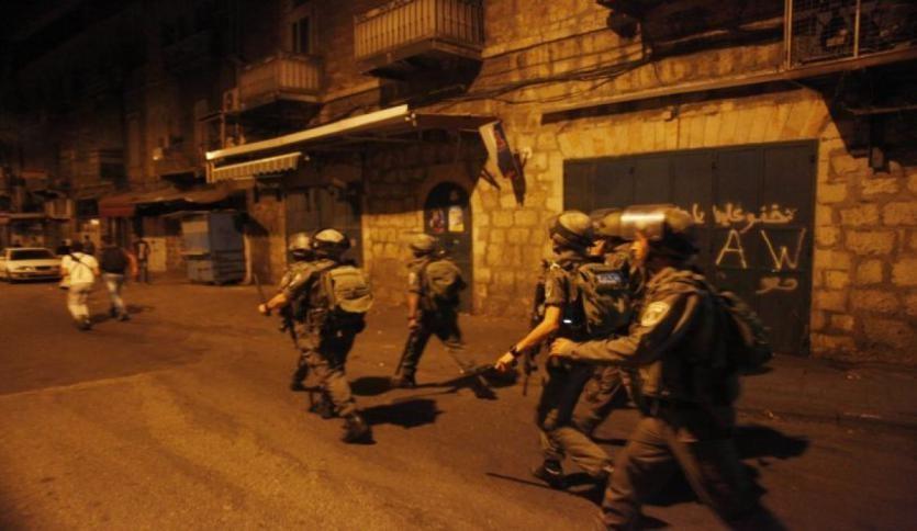 حملة اعتقالات ومداهمات ليلية في الضفة