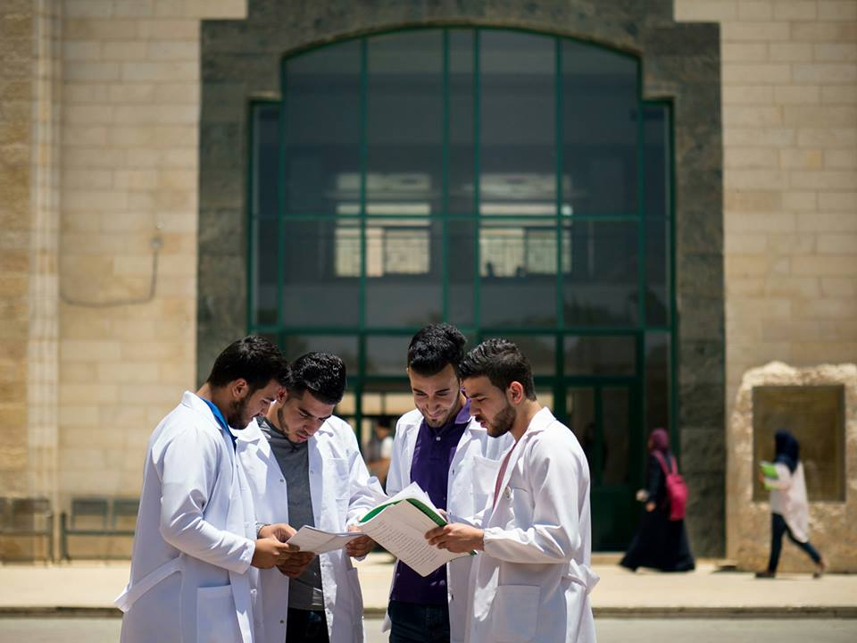 مرة أخرى خريجو كلية طب جامعة القدس يحققون نسبة نجاح كاملة في امتحان المزاولة الإسرائيلي