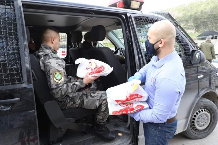 """""""سنيورة"""" توزع طرود غذائية على العائلات المتضررة في محافظة القدس نتيجة فيروس كورونا المستجد"""