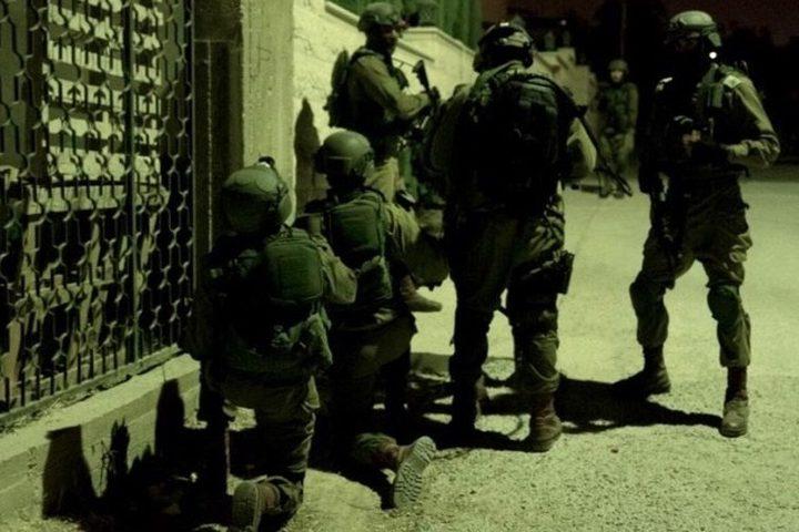 الاحتلال يواصل البحث عن الأسيرين ويداهم منازل في جنين