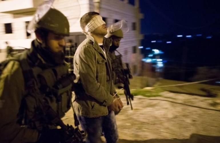 قوات الاحتلال تشن حملة اعتقالات واسعة بالضفة المحتلة وتداهم منازل المواطنين وتعيث فيها خرابًا