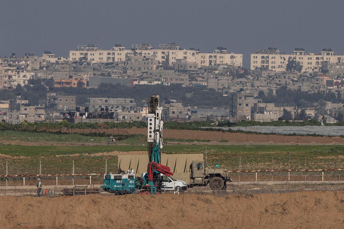 الاحتلال يبحث عن أنفاق للمقاومة قرب نحال عوز