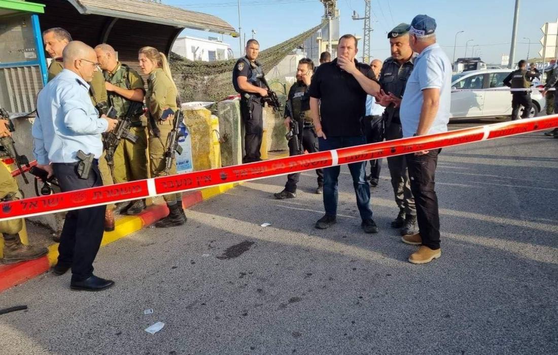 بالفيديو والصور إصابة سيدة بجراح جراء اطلاق قوات الاحتلال النار اتجاهها على حاجز قلنديا شمال القدس المحتلة