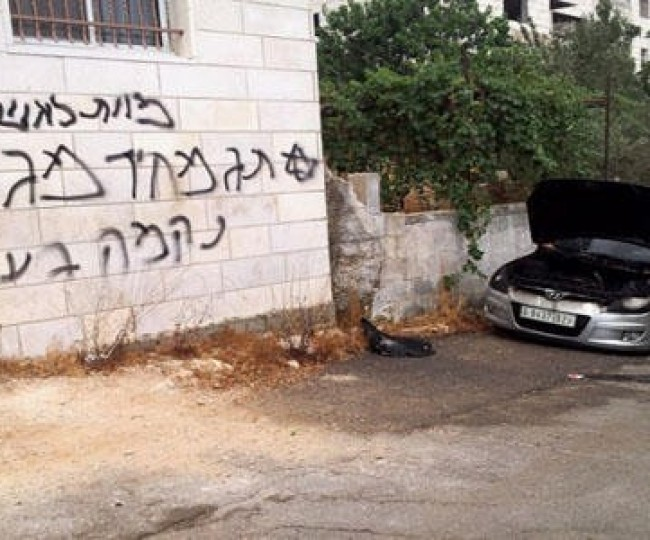 """""""عصابات إسرائيلية"""" تخط شعارات مسيئة للنبي محمد وتعطب إطارات السيارات"""
