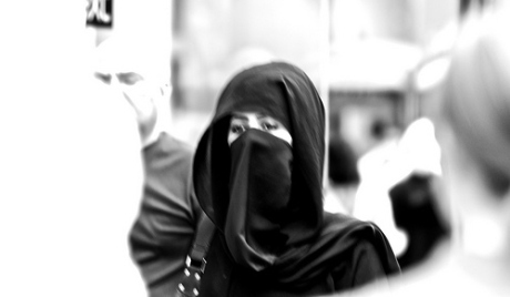 كويتية تنهال بالضرب على زوجها وعشيقته في الشارع