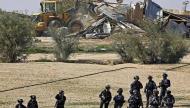النقب: الاحتلال يواصل هدم مساكن في أم الحيران