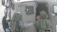 جنود إسرائيليون يحتجزون طفلًا
