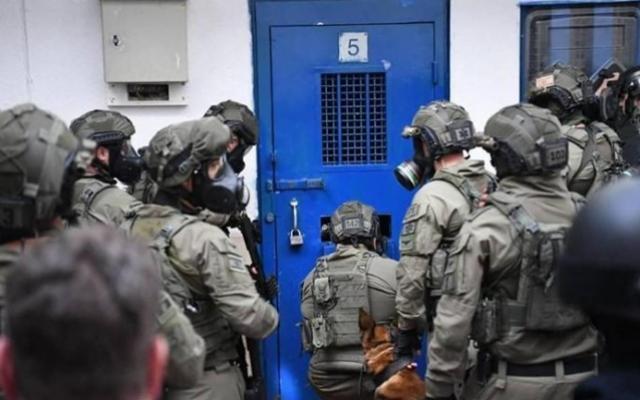 """للمرة الثانية خلال ساعات: اقتحام سجن """"عوفر"""" ورش الأسرى بالغاز"""