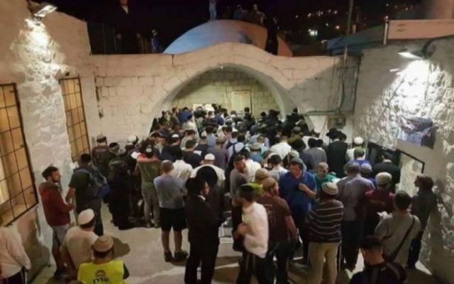 تحت حراسة الجيش .. مئات المستوطنين يقتحمون قبر يوسف