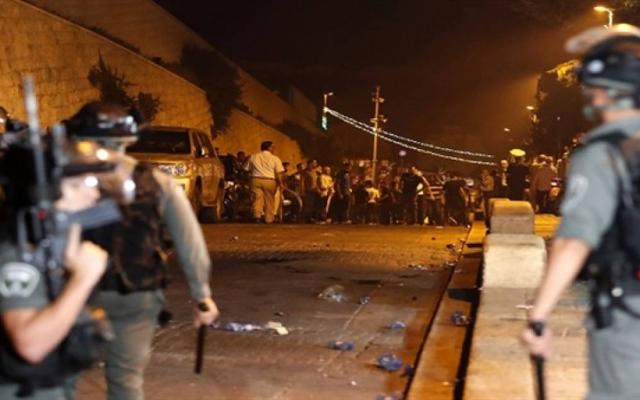 الاحتلال يعتدي على المصلين أمام بوابات الأقصى