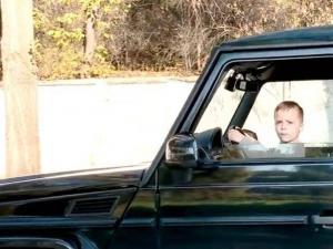 فيديو مخيف.. طفل الـ6 سنوات يقود سيارة دفع رباعي أمام والديه