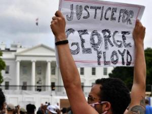 """""""صرخة غضب"""" أمام البيت الأبيض.. تظاهرات بالمئات"""