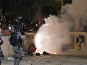 اصابات واعتقالات- مواجهات عنيفة داخل باحات الاقصى