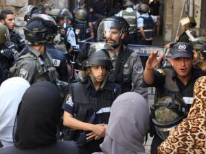 لليوم الثامن: استمرار المواجهات بعد صلاة التراويح في القدس