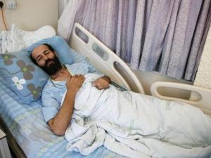 اليوم (91): الأسير الأخرس يصر على معركته وسط التنغيص والاعتداء على عائلته