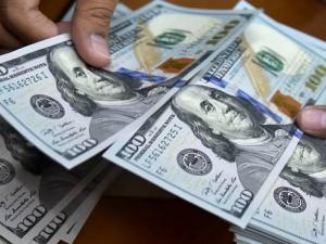 خبراء يكشفون متى يجب الاحتفاظ بالدولار أو التخلي عنه