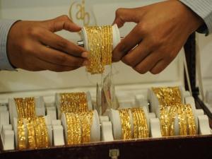 تراجع أسعار الذهب عقب انتعاش الدولار