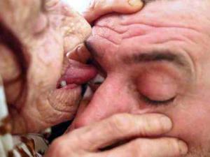 عجوز تعالج العمى