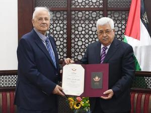 ناصر يُسلّم الرئيس محمود عباس رد حركة حماس حول الانتخابات