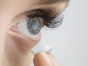 عدسات لاصقة ذكية تساعد في تتبع السكر في الجسم