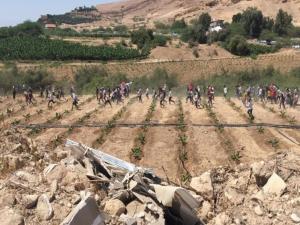 عشرات اللبنانيين يقتحمون الحدود مع إسرائيل لدعم الفلسطينيين