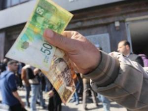 المالية تعلن عن نسبة وآلية صرف الرواتب غدًا