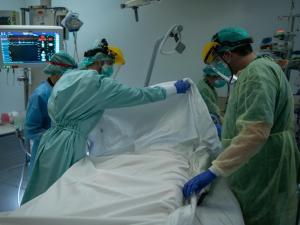 """الصحة :وفاة جديدة بـ""""كورونا"""" لمواطن سبعيني من مخيم الفوار في الخليل"""