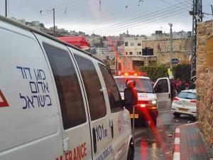 إصابة مستوطن بعملية طعن بالخليل واعتقال المنفذ