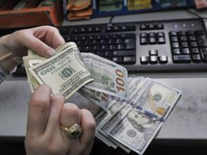 الدولار يصعد قليلًا مقابل الشيقل