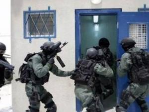 نقلت العشرات.. قوات القمع تقتحم قسم الأسرى الأطفال في عوفر