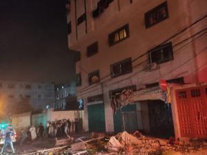 بالصور 3 شهداء.. طيران الاحتلال يستهدف منزلاً مأهولاً بالسكان في مخيم الشاطئ غرب غزة