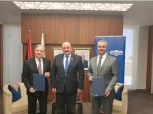 """موظفو البنك العربي في فلسطين يتبرعون لصندوق """"وقفة عز"""" بمبلغ 200 ألف دينار"""
