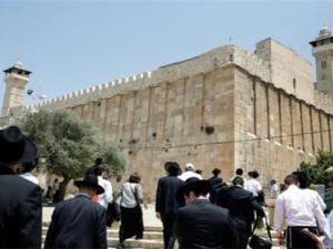 عشرات المستوطنين يقتحمون الأقصى والاحتلال يغلق الحرم الابراهيمي