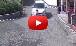 Embedded thumbnail for طفلة تنجو بأعجوبة بعد أن مرت سيارة من فوقها