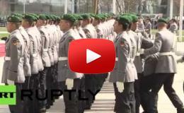 Embedded thumbnail for جندي ألماني يسقط مغشيا عليه أثناء انتظار رئيس وزراء الهند