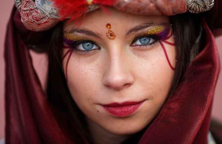 فتاة تستعد للمشاركة بعيد الغطاس السنوي في اسبانيا
