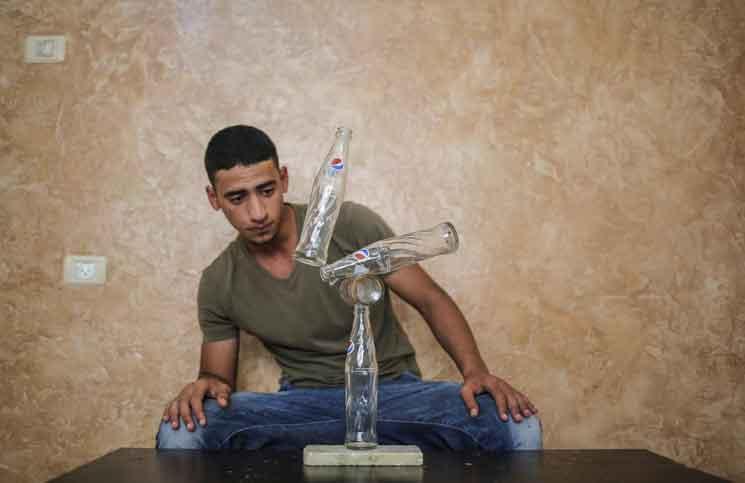"""شاب من غزة يُجيد فن """"التوزان"""""""