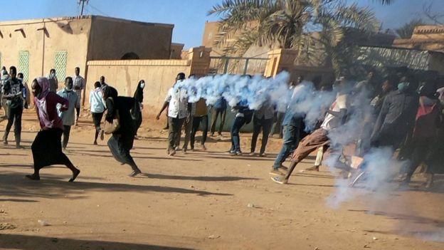 إصابات وحالات اختناق بقمع الآمن السوداني اعتصام الخرطوم